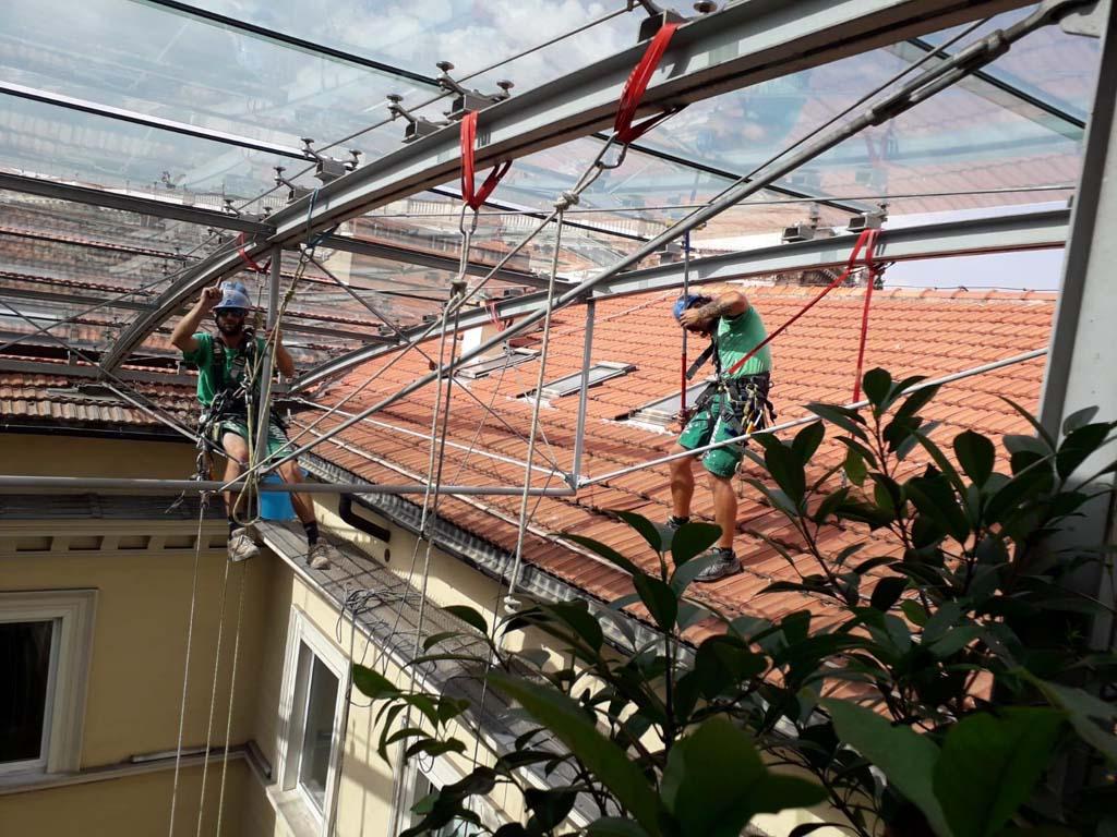 Via Vitoria Colonna - pulizia copertura vetrata 01