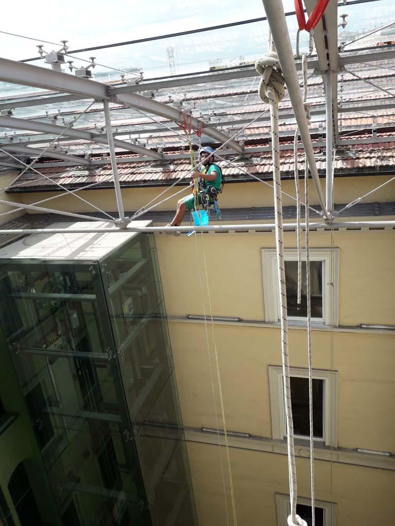 Via Vitoria Colonna - pulizia copertura vetrata 04